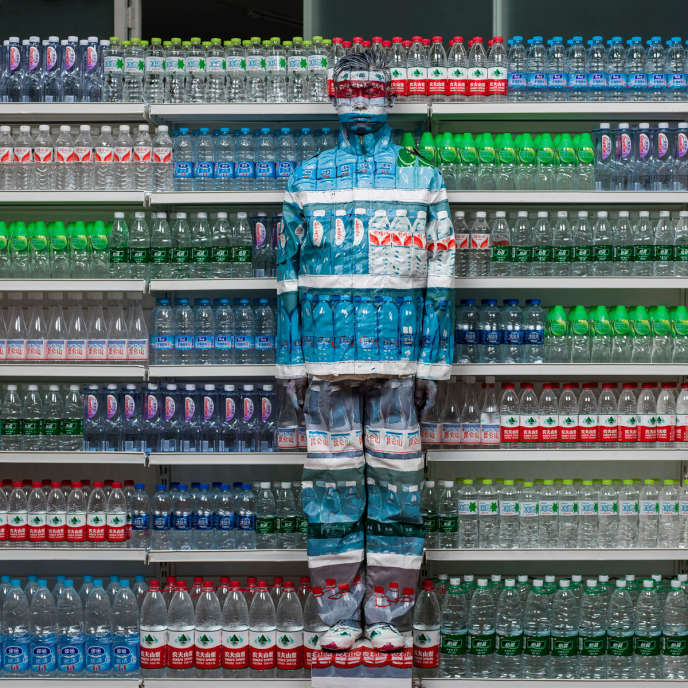 « Hiding in the city, Water Crisis », Liu Bolin (2013, 120 cm x 120 cm).