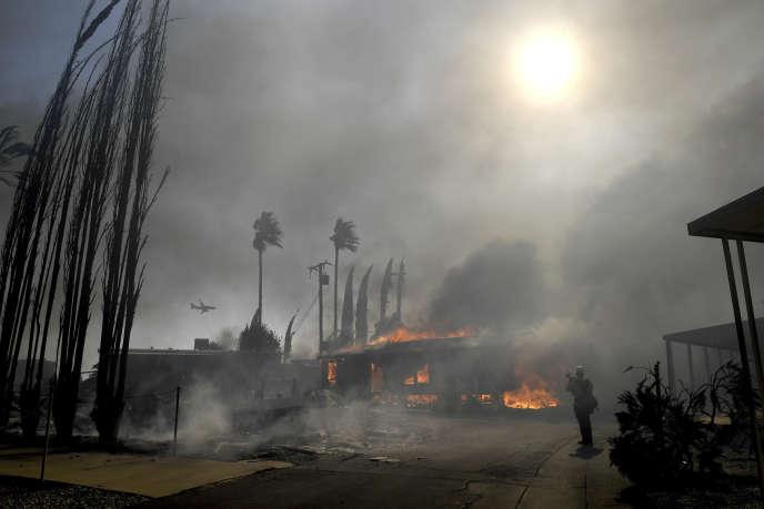 Des pompiers tentent d'éteindre l'incendie Sandalwood à Calimesa (Californie), jeudi10octobre.