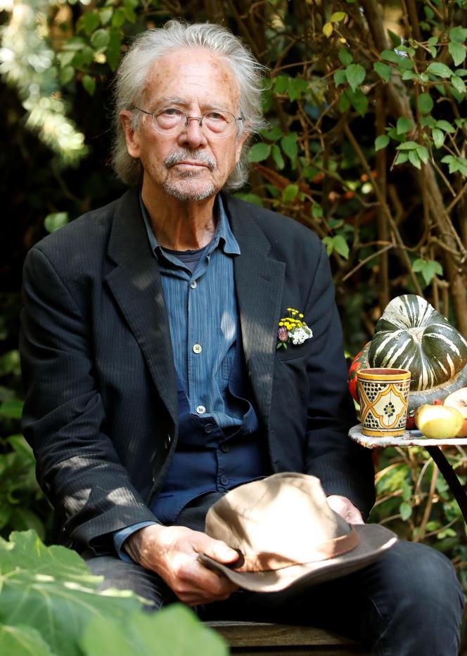 Peter Handke dans son jardin à Chaville (Hauts-de-Seine), près de Paris, le 10 octobre 2019.