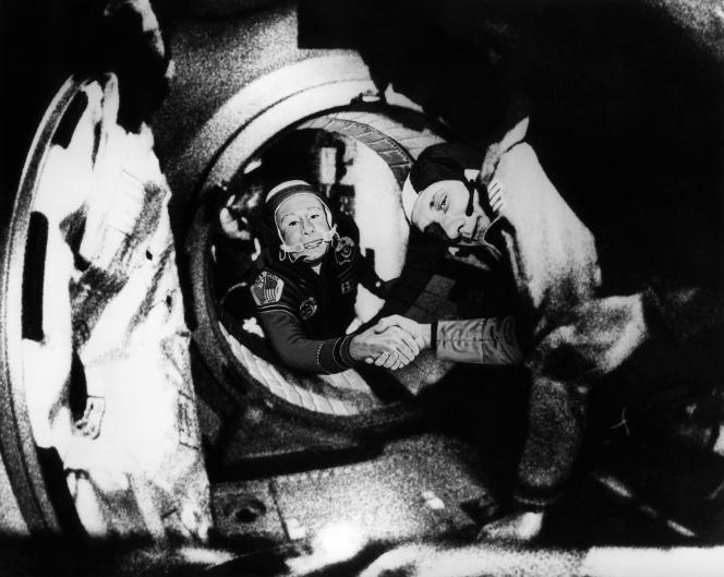 Rapprochement géopolitique dans l'espace, le 17 juin 1975, entre le russe Leonov ( gauche) et l'américain Stafford, au premier plan.