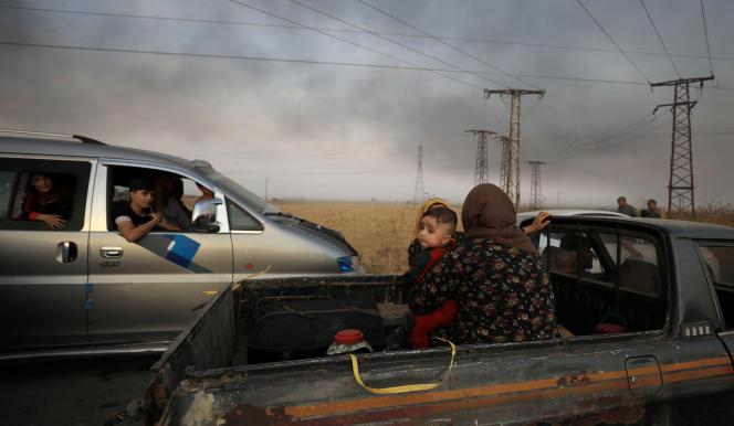 Des civils fuient Ras Al-Aïn, près de la frontière turque en Syrie, le 9 octobre.