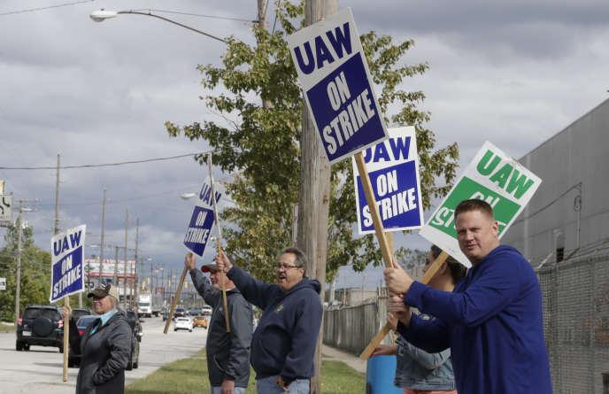 Des salariés syndiqués de General Motors manifestent, à Parma (Ohio), vendredi 4 octobre.