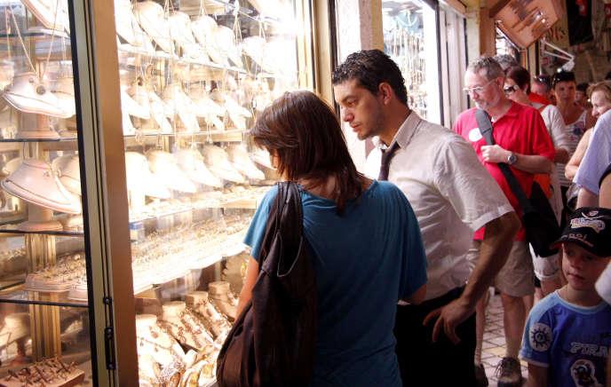 A Tunis, un couple regarde les vitrine des bijoux de mariage.T