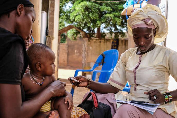 Rokia Traoré (à droite), 34 ans, fait partie des 3000 agents de santé communautaires du Mali, dont plus de la moitié sont financés par le Fonds mondial. Ici, à Bamako, en octobre 2019.