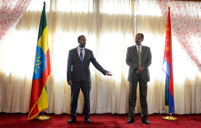 Le premier ministre éthiopien, Abiy Ahmed, et le président d'Erythrée Isais Afwerki célèbrent la réouverture de l'ambassade érythréenne à Addis-Abeba, le 16 juillet 2018, en symbole de la réconciliation des deux pays, frères ennemis depuis plusieurs décennies.