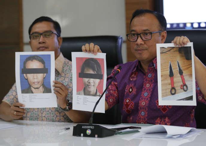Le porte-parole de la police indonésienne, Dedi Prasetyo (à droite), montre les photos des deux suspects de l'attaque au couteau portée contre le ministre indonésien de l'intérieur et de la sécurité, l'ex-général d'armée Wiranto, le 11 octobre, à Djakarta.