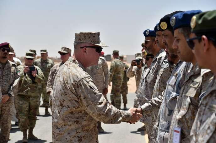 Le général américainKenneth F. McKenzie Jr. salue des militaires saoudiens en juillet dernier dans le centre du pays.