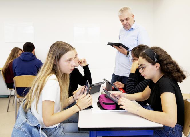 Les élèves et leur professeur ont appris à utiliser la tablette en cours.