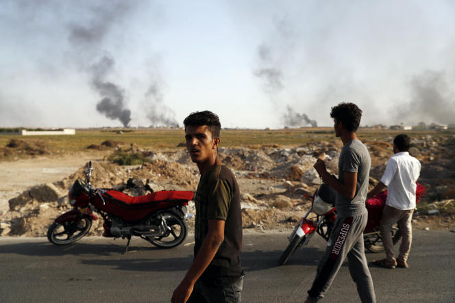 Les bombardements en Syrie vus depuis la frontière turque, à Akcakale, le 10 octobre.