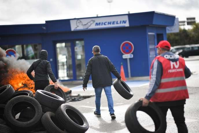Des employés de l'usine Michelin protestent contre l'annonce de sa fermeture, àLa Roche-sur-Yon (Vendée), le 10 octobre.