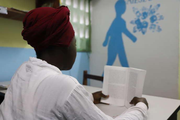 Emilie*, dans la petite bibliothèque du centre SAS de Bouaké, en Côte d'Ivoire, en octobre 2019.