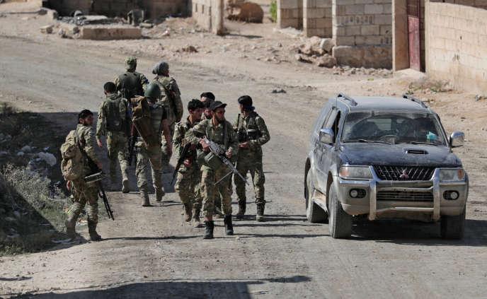 Des supplétifs syriens de l'armée turque, le 12 octobre à Tel Abyad, en Syrie.