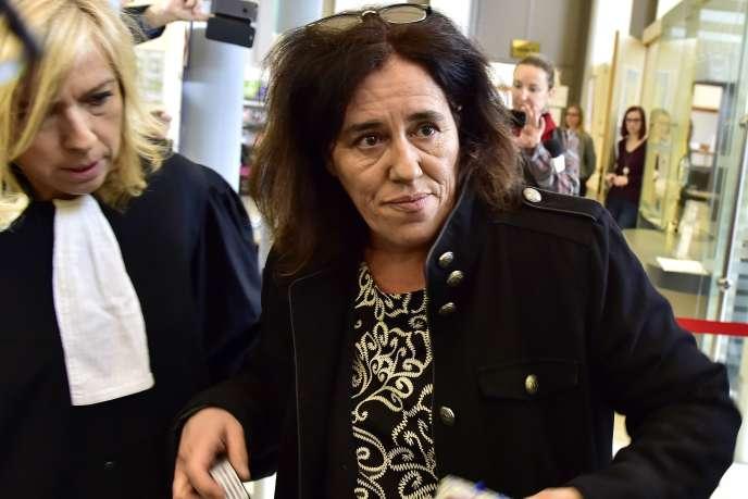 Le 12 novembre 2018 à la cour d'assises de Tulle, Rosa Maria da Cruz et son avocate, Chrystèle Chassagne-Delpech, arrivent pour le début de son procès.