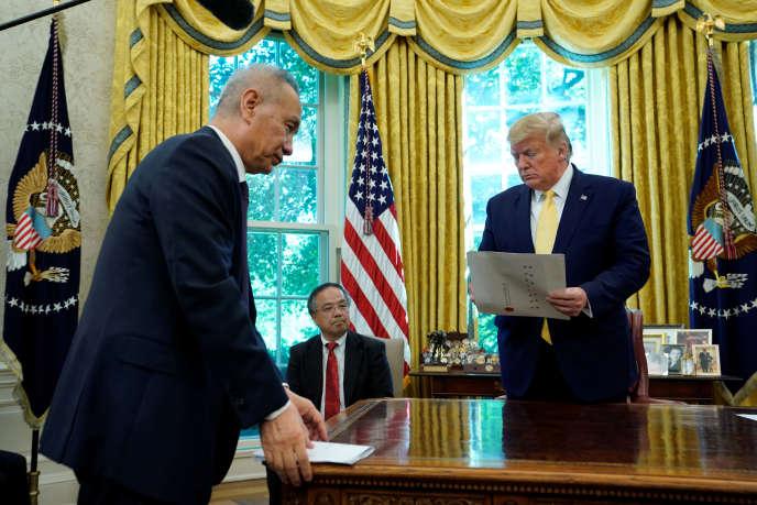Le vice-président chinois Liu He et Donald Trump dans le bureau Ovale de la Maison Blanche à Washington, le 11 octobre.