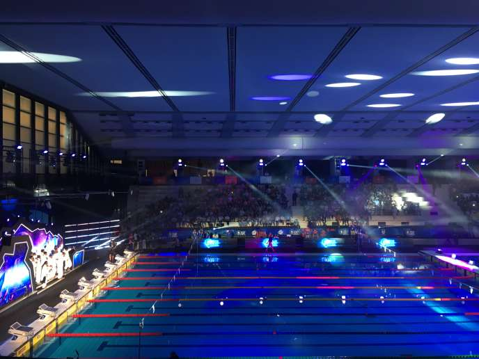 Les nageurs ont fait leur entrée dans la piscine Felice Scandone de Naples samedi 12 octobre en combinaisons blanches fluorescentes (à gauche).