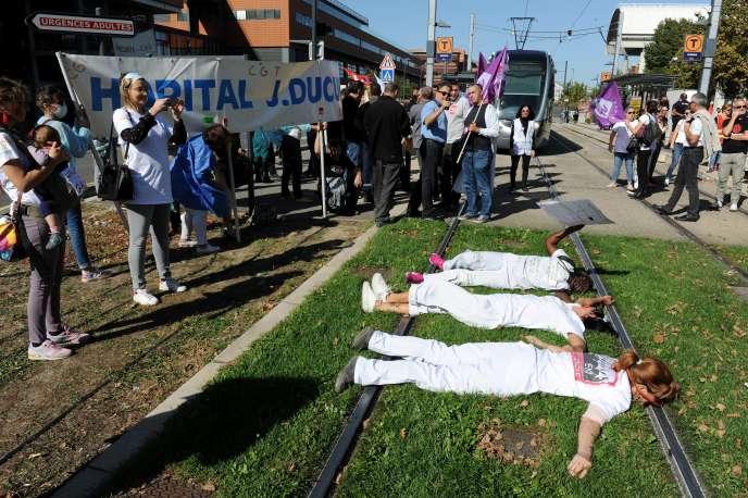 Manifestation du personnel des urgences, devant le CHU de Purpan à Toulouse, le 11 octobre.