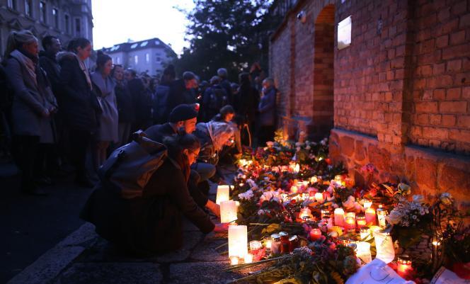 Hommage aux victimes de l'attentat de Halle devant la synagogue, le 10 octobre.