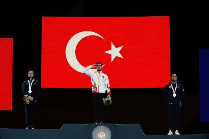 (De gauche à droite) L'Italien Marco Lodadio (2e), le Turc Ibrahim Colak (1er) et le Français Samir Ait Said (3e) sur le podium lors de la cérémonie de remise des médailles pour l'épreuve des anneaux aux Championnats du monde de gymnastique à Stuttgart (Allemagne), le 12 octobre 2019.