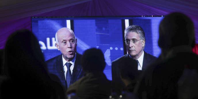 Débat télévisé entre les deux candidats à l'élection présidentielle tunisienne, Kaïs Saïed (à droite) et Nabil Karoui (à gauche), vendredi 11 octobre 2019. (AP Photo/Mosa'ab Elshamy)