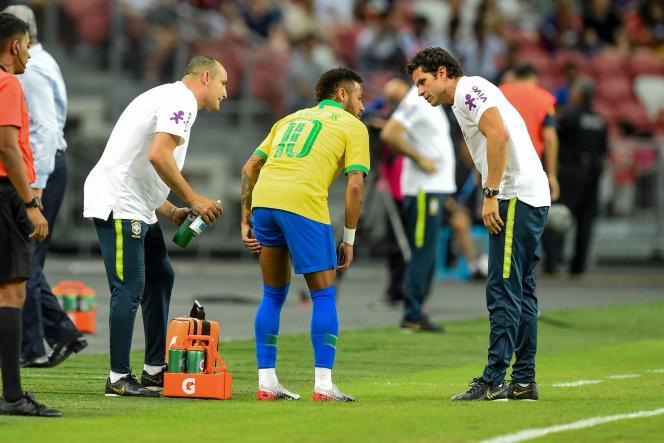 L'attaquant brésilien Neymar a dû quitter le terrain après sa blessure lors de la rencontre amicale face au Nigeria à Singapour, le 13 octobre.