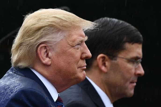 Donald Trump et son secrétaire à la défense, Mark Esper, sur la base militaire de Myer-Henderson,à Arlington en Virginie, le 30 septembre.