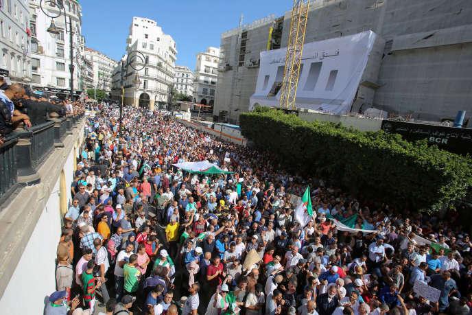 Des manifestants à Alger, dimanche 13 octobre.