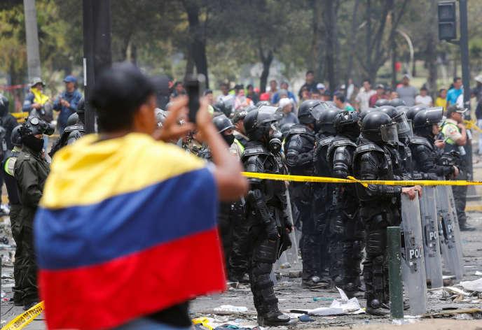 Un homme fait face à la police antiémeute envoyée sur le lieu de la manifestation contre les mesures d'austérité, à Quito, le 13octobre.
