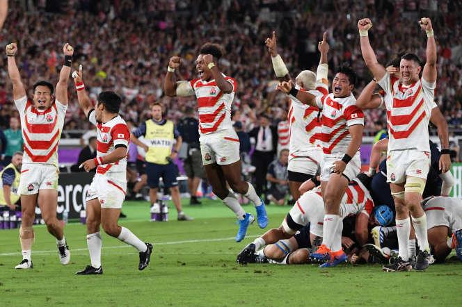 Les joueurs japonais explosent de joie au coup de sifflet final, dans leur match contre l'Ecosse, dimanche 13 octobre.