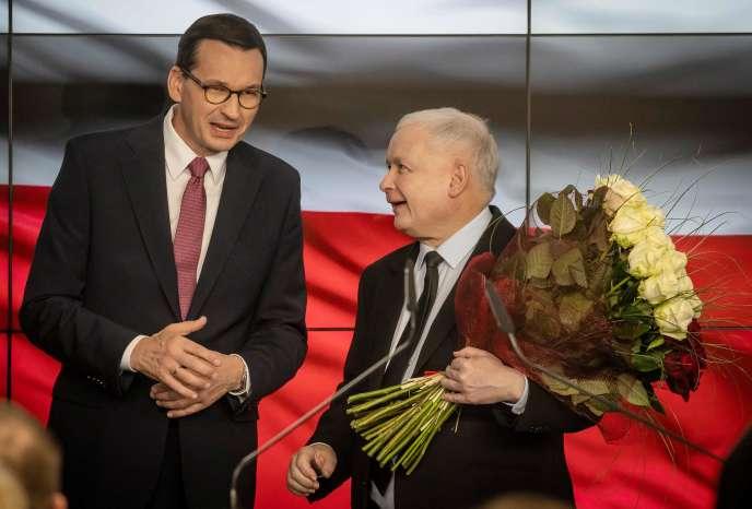 Le chef de fil du parti Droit et Justice (PiS), Jaroslaw Kaczynski (à droite) et le premier ministre polonais, Mateusz Morawiecki, après les premiers résultats des élections législatives qui donne le PiS gagnant, le 13 octobre à Varsovie.