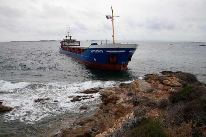 Construit en 1998, le «Rhodanus» transporte 2650tonnes de bobines d'acier et s'est échoué à proximité des plages de Cala Longa sans causer dans l'immédiat de pollution.