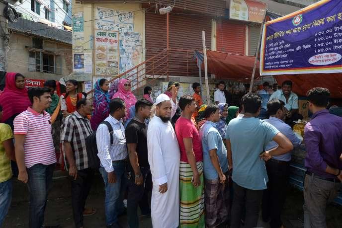 À Dhaka,au Bangladesh, les gens font la queue pour acheter des oignons à des prix subventionnés, le 2 octobre.