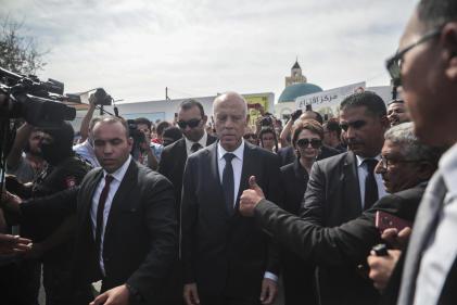 Kaïs Saïed sort de son bureau de vote, à Tunis, le 13 octobre.