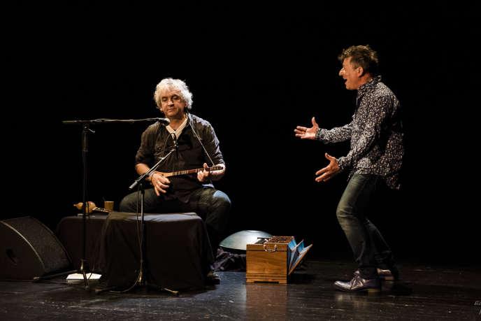 Alain Larribet, musicien et chanteur, et Yannick Jaulin dans«Ma langue maternelle va mourir et j'ai du mal à vous parler d'amour».