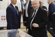 Le chef du parti au pouvoir, Jaroslaw Kaczynski, dans un bureau de vote à Varsovie (Pologne), dimanche 13 octobre 2019.