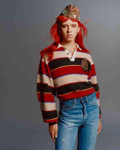Polo rayé en laine, Etro. Jeans, Levi's. Chapeau en coton etbadges en métal vintage, chez Brut. Boucles d'oreilles vintage. Médaille enargent, Tant d'Avenir.