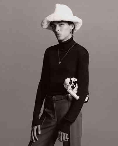 Chapeau en fausse fourrure etcol roulé en tricot de soie, Tom Ford. Pantalon en laine, See by Chloé. Collier et boucle d'oreille en argent, Tant d'avenir. Ceinture en cuir, Charvet. Bague en or, Clara-Vintages.