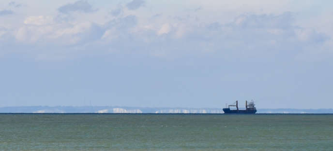 Depuis la fin 2018, les tentatives de traversée se sont multipliées dans la Manche malgré le danger lié à la densité du trafic, aux forts courants et à la faible température de l'eau.