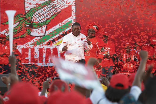 Le président Filipe Nyusi, du Frelimo, en campagne pour sa réélection, le 12 octobre 2019 à Matola, dans la banlieue de Maputo, la capitale mozambicaine.