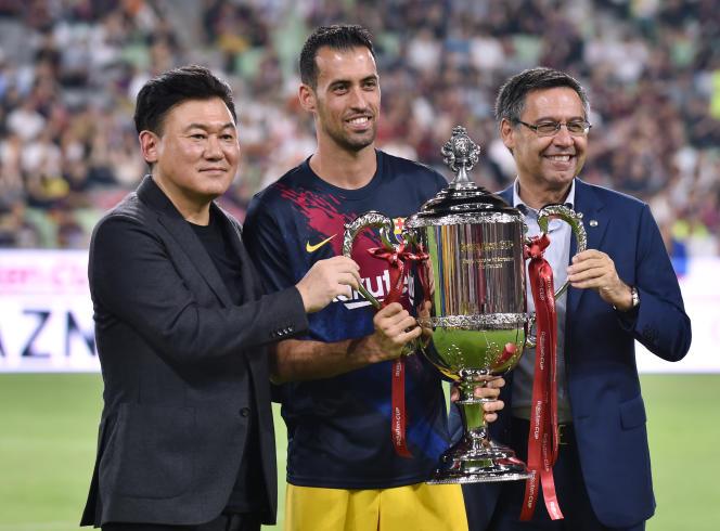Sergio Busquets et le trophée de la Rakuten Cup à Kobe, au Japon, le 27 juillet 2019.
