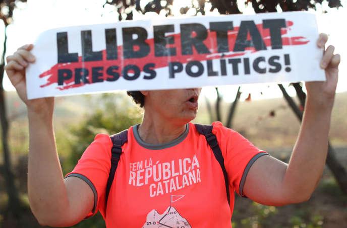 Une femme brandit une banderole indiquant«Libérez les prisonniers politiques»devant la prison de Lledoners, à Sant Joan de Vilatorrada (Catalogne), oùdes dirigeants catalans emprisonnés attendent le verdict de leur procès, le14octobre2019.