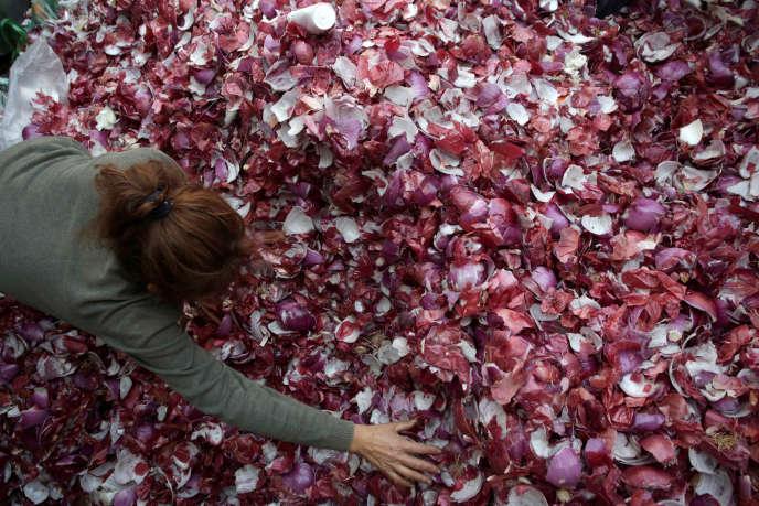 Une femme travaille au dépot de déchetsd'un marché de gros dans la ville de Mexico.