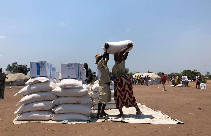 A Beira, dans le centre du Mozambique, distribution de l'aide humanitaire le 9 octobre 2019, sept mois après le passage du cyclone Idai.