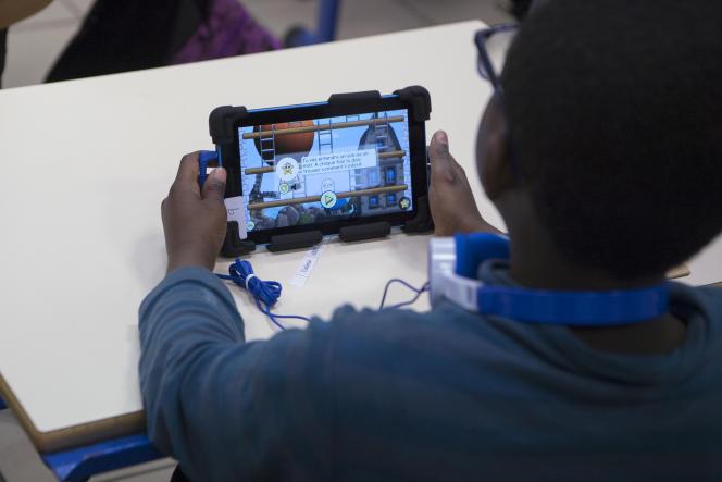 Un écolier utilise l'application