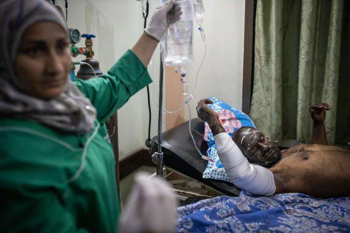 A Kamechliyé, un homme gravement brûlé se fait soigner à l'hôpital, le 13 octobre. Il était dans le convoi de civils bombardé par l'armée turque.