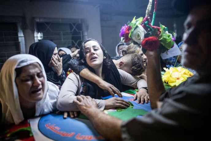 Après la mort d'une responsable politique kurde,Havrine Khalaf, et de son chauffeur, Ferhad Remedan, tués par les miliciens pro-Turcs, le 13 octobre. Des femmes pleurent, à l'hôpital de Derik, en venant chercher le corps de M. Remedan.