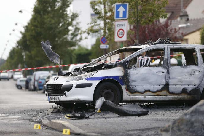 Voiture de police brûlée, à Viry-Châtillon, le 8 octobre 2016.