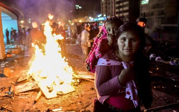 A Quito, le 13 octobre, une femme et son enfant près le Maison de la Culture où les Indiens venus de tout le pays avaient installé leur quartier général.