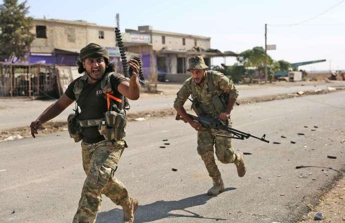 Des forces pro-Turques lors des combats dans la ville de Ras al-Ain, au nord-est de la Syrie.