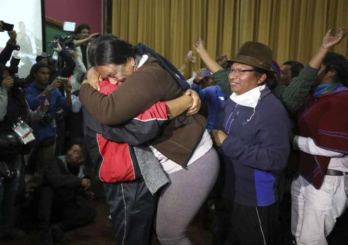 Des responsables indigènes célèbrent l'annonce d'un accord avec le gouvernement qui annule certaines mesures d'austérité, le 13 octobre à Quito.