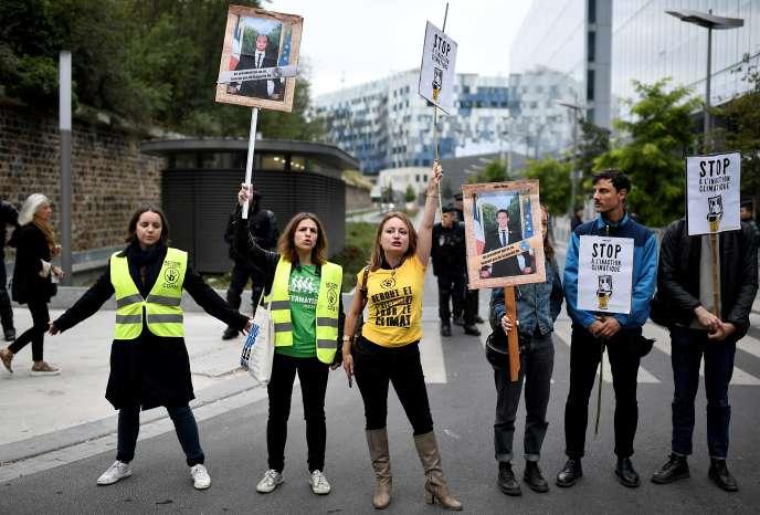 Le 11 septembre, des militants écologistes affichent leur soutien aux huit«décrocheurs» de portrait de Macron qui comparaissent devant la justice à Paris pour« vol en réunion».